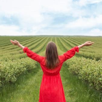 Mujer feliz en campo