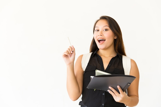 Mujer feliz con carpeta y bolígrafo