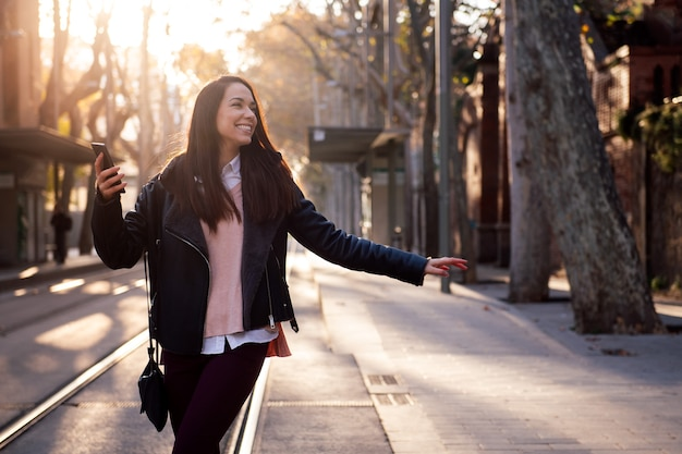 Mujer feliz celebrando buenas noticias en el teléfono