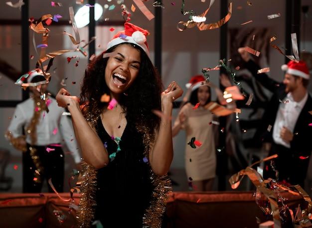Mujer feliz celebrando la víspera de año nuevo con espacio de copia