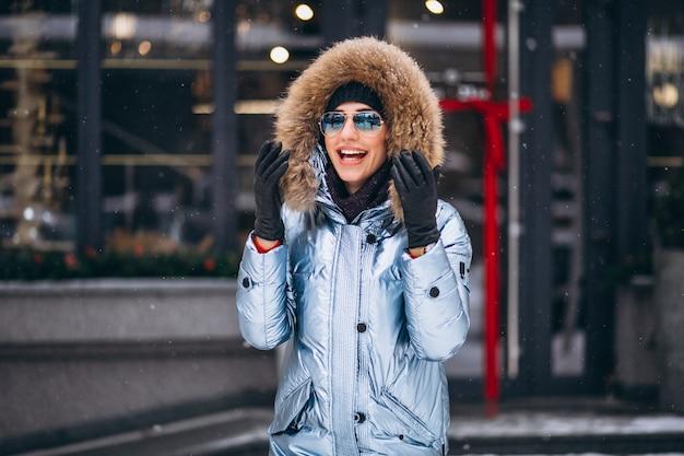 Mujer feliz en chaqueta azul
