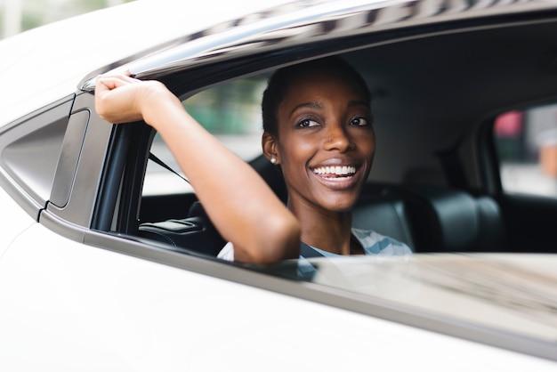 Mujer feliz en un coche