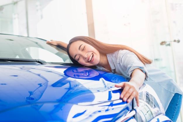 Mujer feliz en concesionario de coches