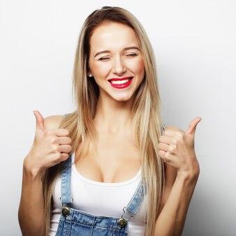 Mujer feliz dando pulgar hacia arriba. imagen de estilo de vida.