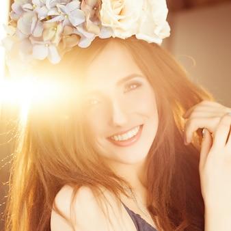 Mujer feliz despreocupada en la luz del sol de verano