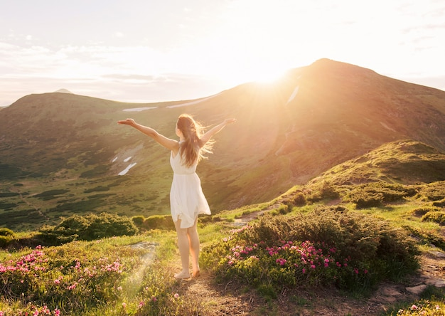 Mujer feliz disfrutando de la naturaleza en las montañas