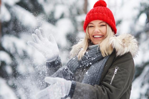 Mujer feliz divirtiéndose durante el invierno
