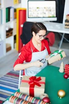 Mujer feliz envolver regalos o regalos de navidad
