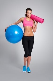 Mujer feliz con equipo para hacer ejercicio