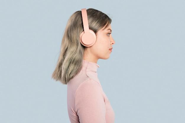 Mujer feliz escuchando música con auriculares
