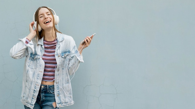 Mujer feliz escuchando música
