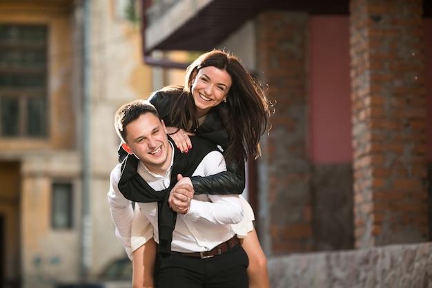 Mujer feliz en la espalda de su novio