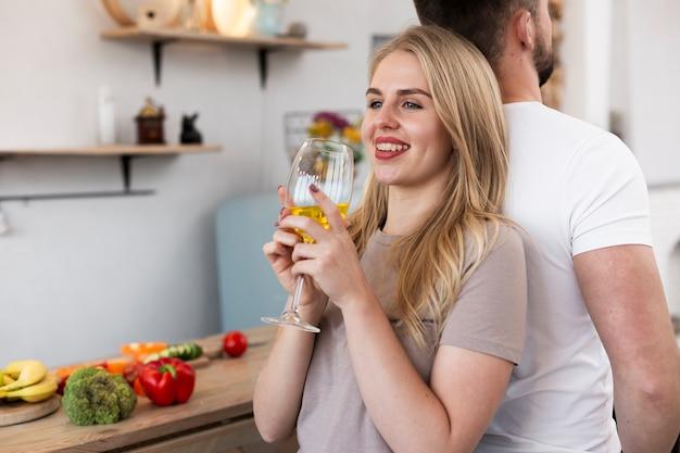 Mujer feliz de espaldas a su hombre