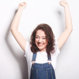 Mujer feliz feliz celebrando ser un ganador.