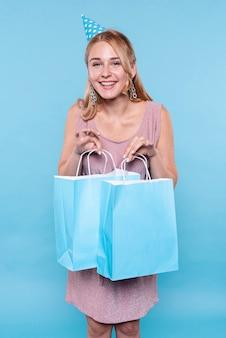 Mujer feliz en la fiesta de cumpleaños con regalos