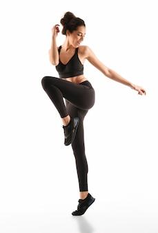 Mujer feliz fitness moviéndose y mirando a otro lado