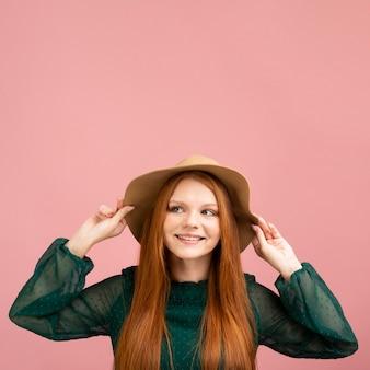 Mujer feliz con fondo rosa
