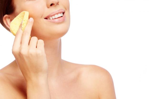 Mujer feliz frotando su mejilla