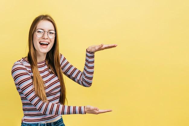 Mujer feliz con gafas con espacio de copia