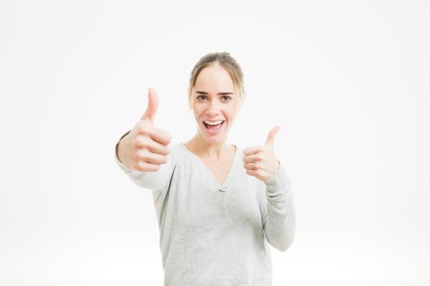 Mujer feliz haciendo gesto de pulgar arriba