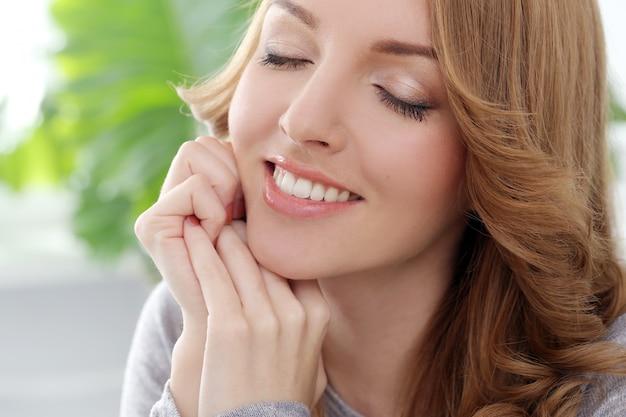 Mujer feliz con hermosa sonrisa