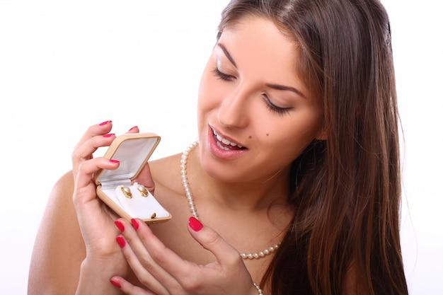 Mujer feliz con joyas en caja