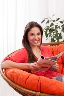 Mujer feliz leyendo revista
