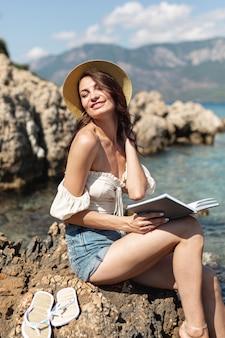 Mujer feliz con un libro