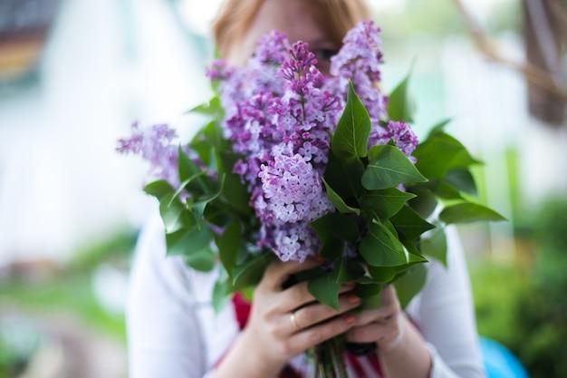 Mujer feliz con lilas