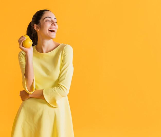 Mujer feliz con limones