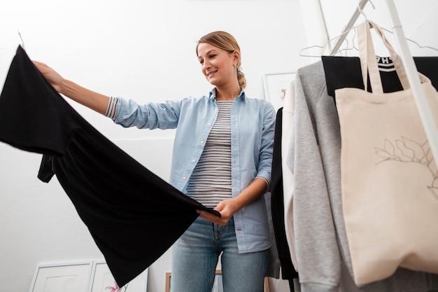 Mujer feliz mirando ropa