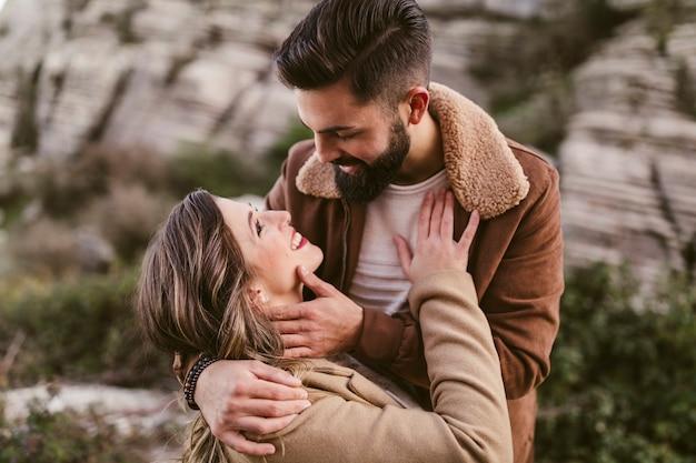Mujer feliz mirando a su novio en la naturaleza