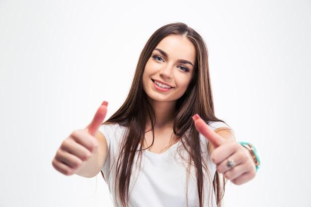 Mujer feliz mostrando los pulgares para arriba