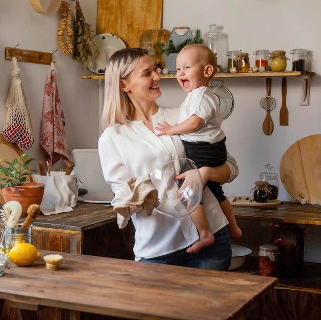 Mujer feliz y niño en el interior