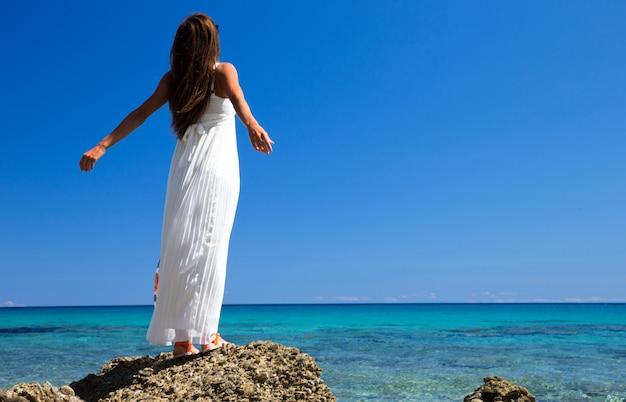 Mujer feliz en el paisaje del mar