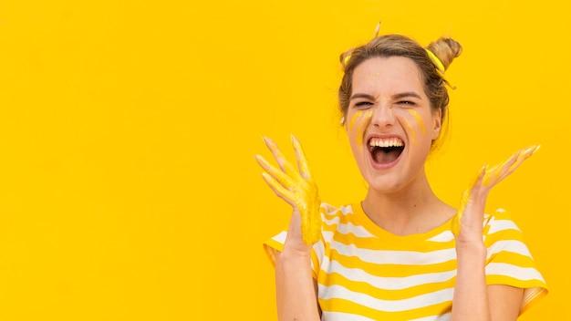 Mujer feliz con palmeras pintadas
