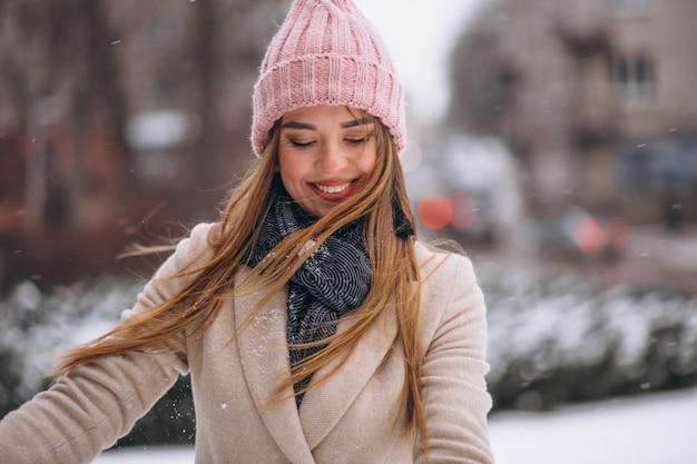 Mujer feliz en un parque de invierno