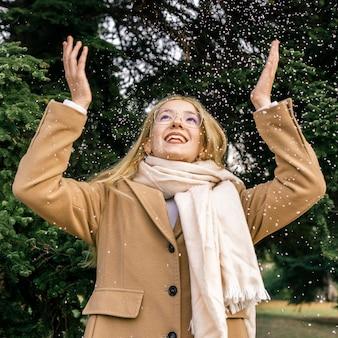 Mujer feliz en el parque en invierno