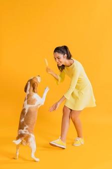 Mujer feliz con un perro