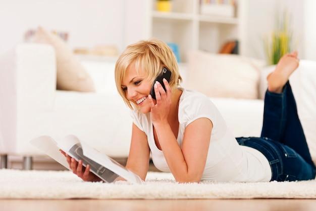 Mujer feliz pidiendo algo del catálogo