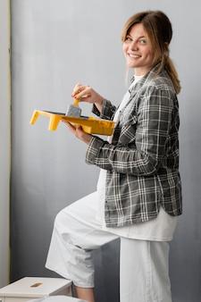 Mujer feliz con pincel y pintura