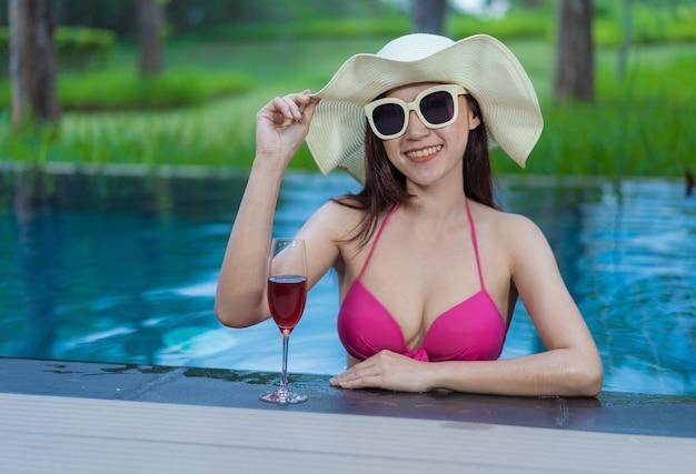 Mujer feliz en la piscina