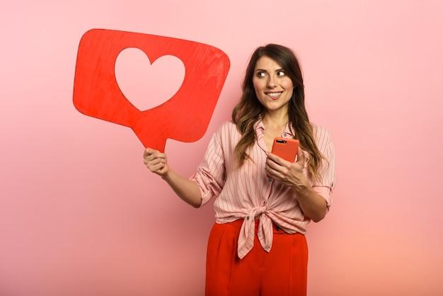 La mujer está feliz porque recibe corazones en la aplicación de la red social.