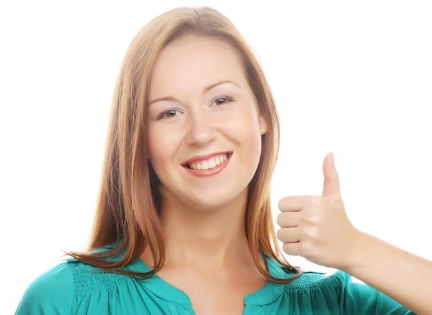 Mujer feliz con los pulgares para arriba
