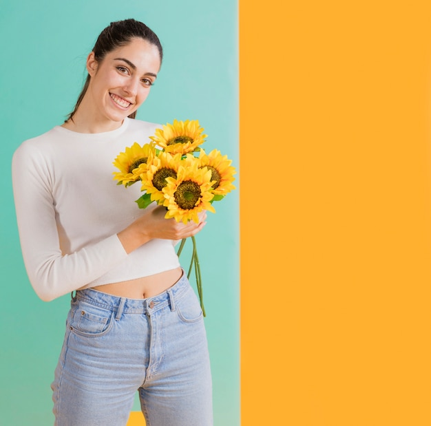 Mujer feliz con ramo de girasol