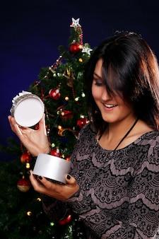 Mujer feliz con regalo de navidad