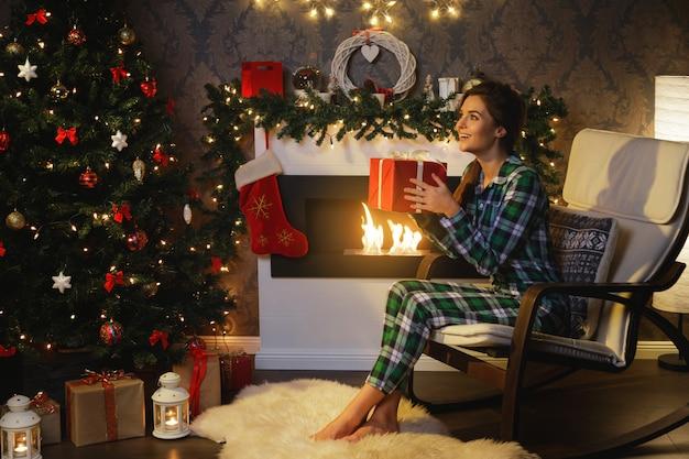 Mujer feliz con un regalo de navidad