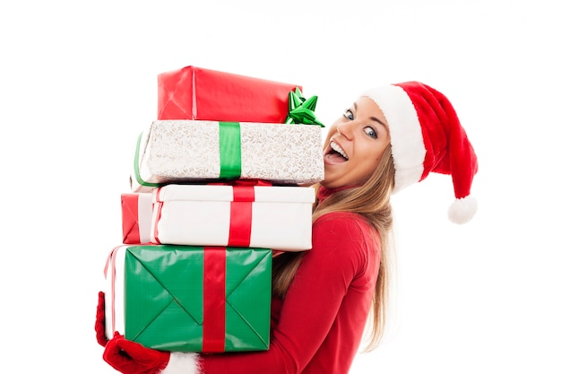Mujer feliz con regalos de navidad