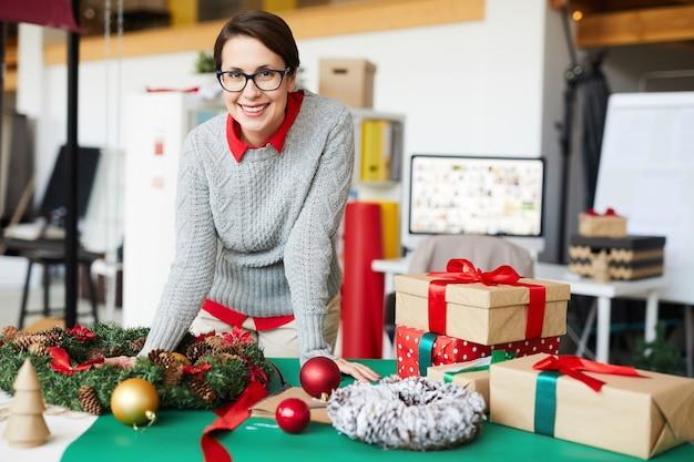 Mujer feliz con regalos o regalos de navidad