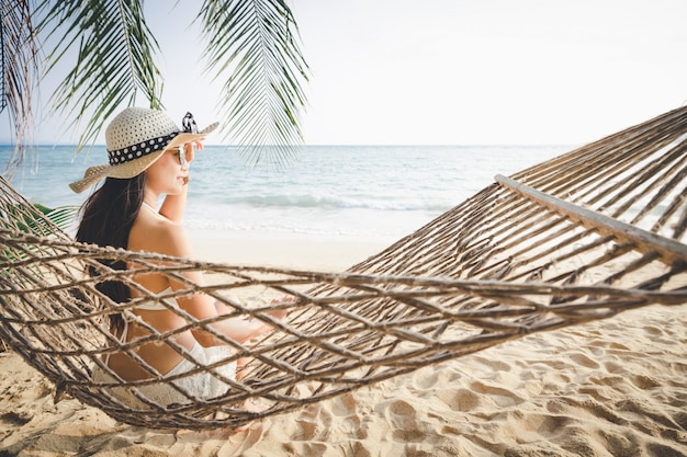Mujer feliz relajante en hamaca